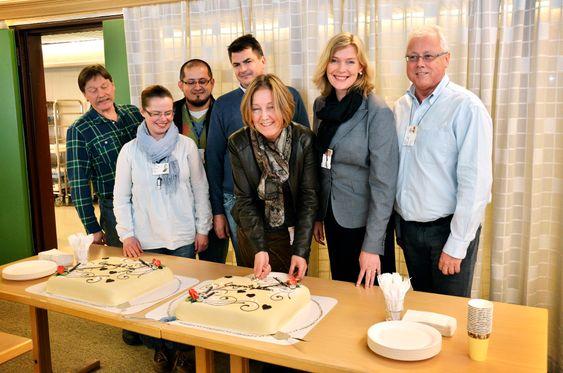 TEAMET: Svein Nenset, Irene Helland, Carlos Barreto, Tine Rørvik og Morten Lundquist lar prosjektleder Siv Fredriksen skjære kaken da det ble klart at de fikk 15 millioner fra Innovasjon Norge til å bygge en industripilot for polymer med  CO2 som råstoff.