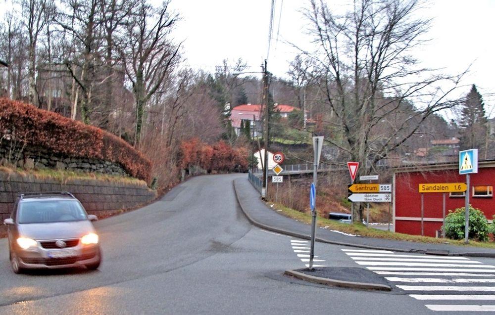 Utvidelsen av fylkesveg 585 skjer ved at støttemuren til venstre for den røde bygningen blir flyttet lengre mot høyre. Krysset i forgrunnen er søndre endepunkt for strekningen som skal utvides.