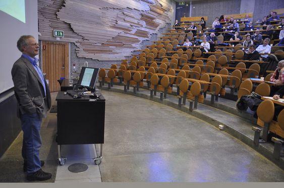VANNEKSPERT: Seniorforsker Dag Berge fra Niva sa spøkefullt at funnene hans neppe er presise siden Niva bare gjør nedbørsanalyser i Marka når det er fint vær. Foto: Fredrik Drevon