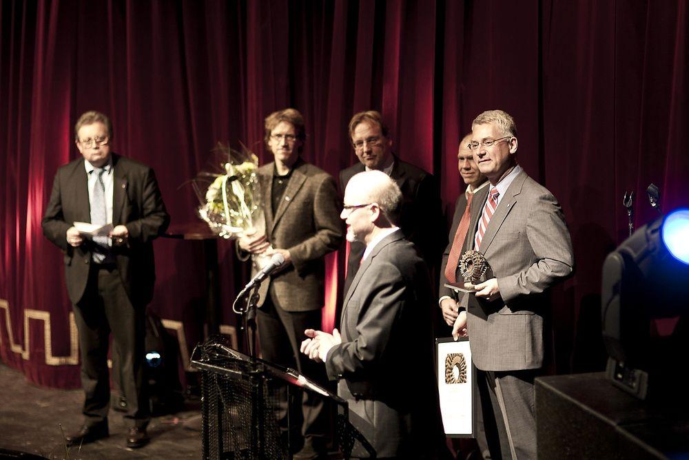 STOLT: - Denne prisen er selve kakepynten for oss, sa adm.dir. Roger Cockroft i Farsund Aluminium Casting da de mottok prisen for Årets Ingeniørbragd i Trondheim i går kveld. Her snakker Dr. ing. Jan Ove Løland.