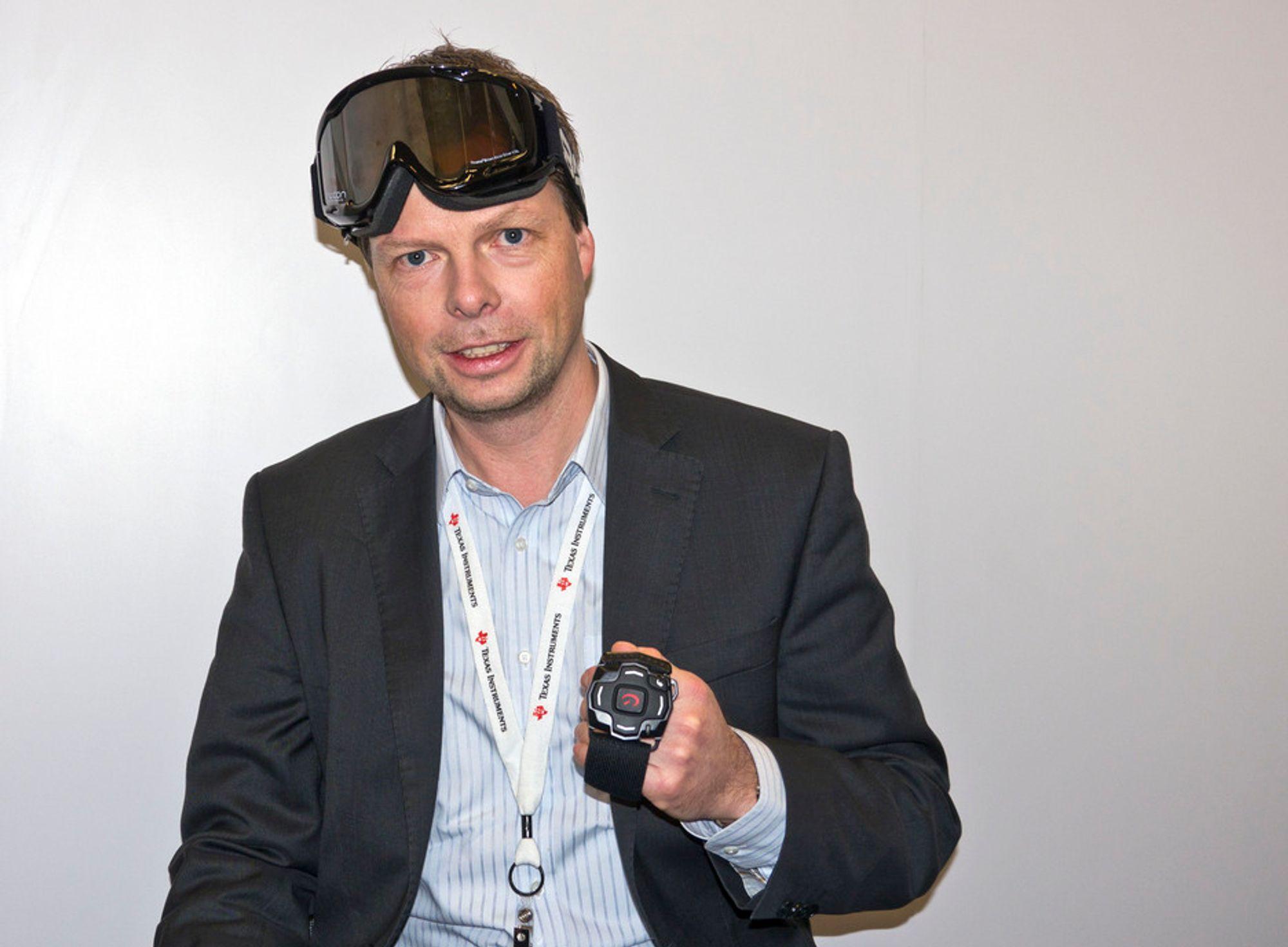 FULL KONTROLL I BAKKEN: Sjef for Texas Instruments lavenergi radio, Øyvind Birkenes, viser frem en slalåmbrille med GPS og akselerometer som kan kommunisere posisjonsdata fra et armbånd til en mikroskjerm i brillene. Det gir informasjon om hastighet og andre parametere, og gjør forhåpentligvis aktiviteten litt morsommere.