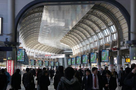 STORT MARKED: Jeki har hundrevis av reklameskjermer på togstasjoner rundt i Japan. Skjermene på bildet passeres av 600 000 reisende daglig.