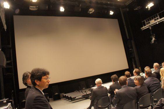 VERDENS HØYESTE OPPLØSNING: NHK demonstrerte verdens høyeste TV-oppløsning på et kinostort lerret i sin hjemmekino. Oppløsningen er 7680 ganger 4320 punkter.