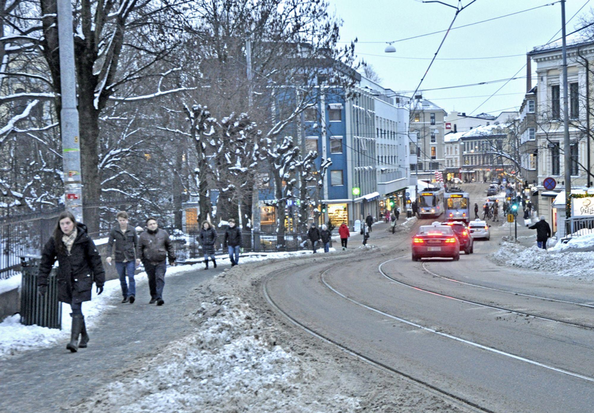 Fortauene langs Hegdehaugsveien og Bogstadveien har ikke en bredde som står i forhold til trafikken. Fotgjengerne til venstre på bildet får bedre plass når trikkeskinnene er flyttet nærmere midten av gata i løpet av året.
