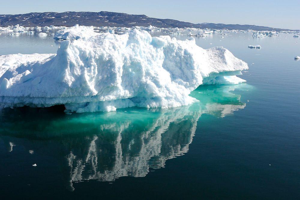 UTFORDRENDE: For å drive letevirksomhet på Grønland må isfjell taues bort. Infrastruktur er heller ikke særlig etablert, og alt må fraktes i fly.