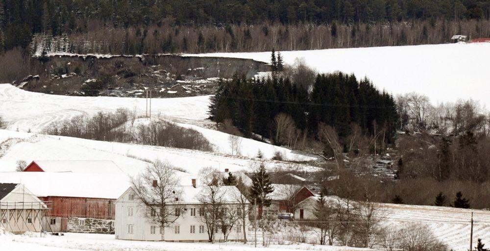 RAS-START PÅ 2012: 1. januar gikk et ras ved Esp på Byneset i Trondheim. Skredgropa ser du øverst til venstre på bildet og massen har sklidd nesten 400 meter nedover bekkedraget til høyre på bildet. Raset gikk i et område med dyrket mark og spredt bebyggelse. Ingen hus ble tatt av raset, og ingen personer ble skadd.