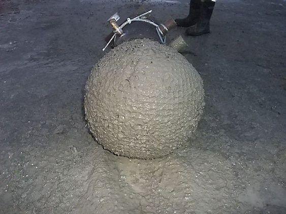 TÅLER TRYKK: Denne betongkulen er støpt med fleksibel forskaling i form av nylonnetting. Testen ble utført påUnicons betongstasjon i Drammen; som stilte nødvendig utstyr til fri disposisjon!   Prøven ble gjennomført med Stabinors medbrakte testutstyr, hvor et nylonnett med ca. 12mm maskevidde var forankret på en rørstuss.  Betongen i forsøket var med fiberarmering, Dmax 16 og slump ca. 20.Etter oppfylling av nettet, ytte betongpumpen til slutt et trykk opp mot 10 kg/cm2 uten at nettposen viste noen tegn til å sprekke, utover en viss utvidelse.