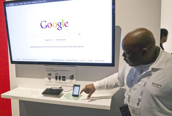 GOOGLE: Sony tilbyr både egne og andres TV-kunder GoogleTV som kan styres via en androidtelefon eller via en fjernkontroll med tastatur på baksiden.