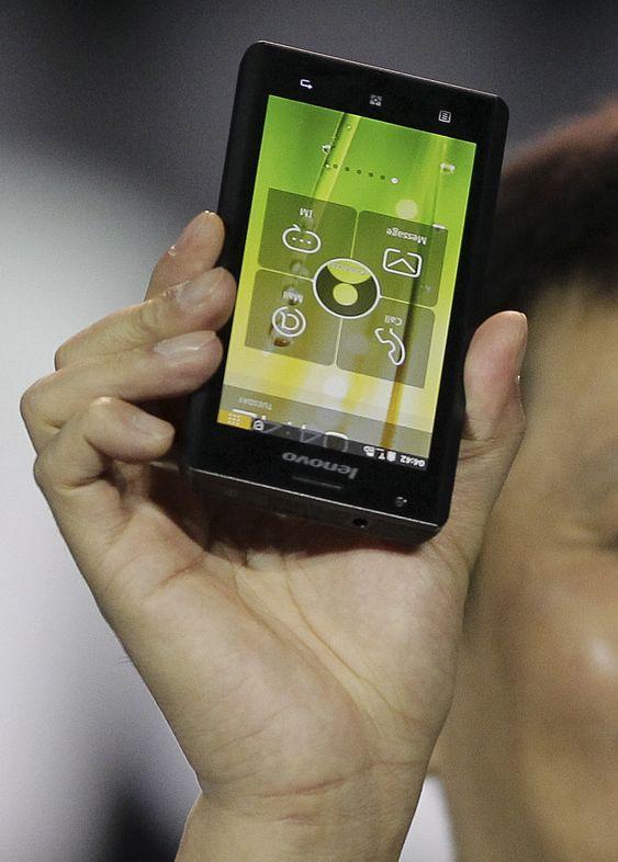 Lenovo blir den første produsenten som lanserer en smarttelefon med Intel-prosessor. Her er det Lenovo-direktør Liu Jun som holder den opp under Intels CES-presentasjon.