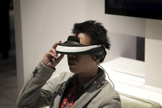 """HODE-3D: Sony lot de messebesøkende prøve sin nye """"3D-hjelm"""". Teknisk Ukeblad lot seg imponere av både bilde-, lyd- og 3D-kvalitet, men syntes settet var vel tungt til å ha på hodet gjennom en hel film."""