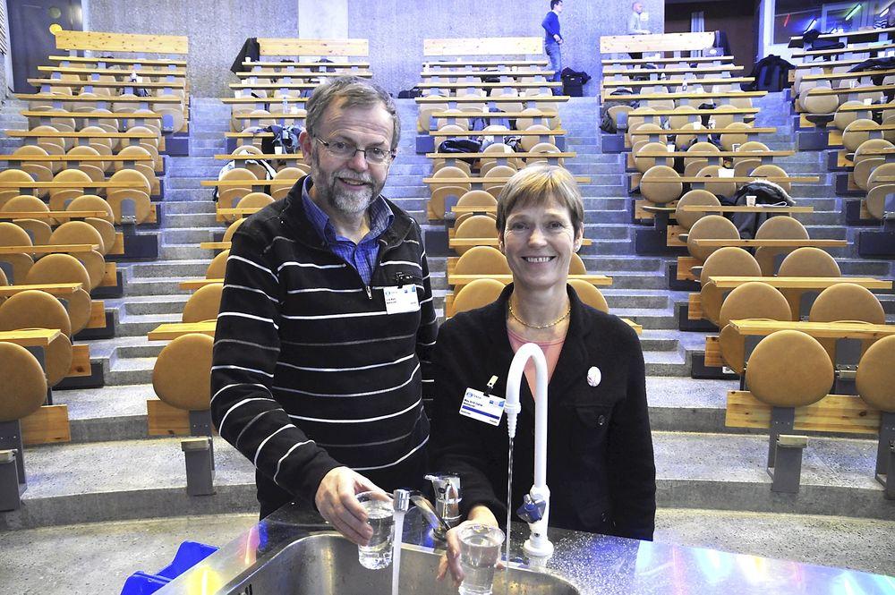 VANNRUTINER: Eirik Wulff og May Britt Dahle jobber med vann i Mattilsynet.