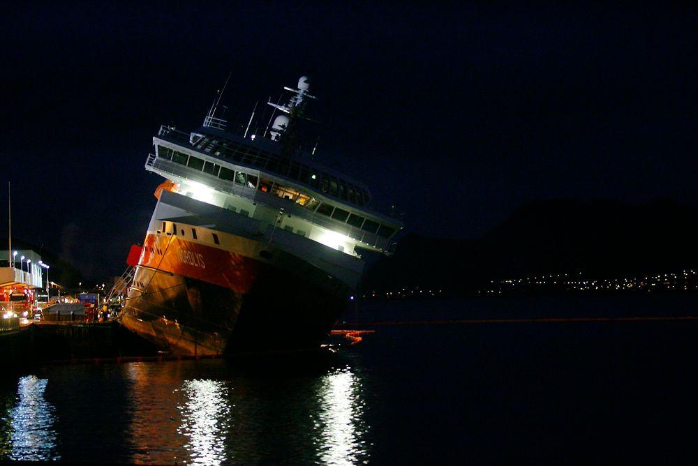 HVOFOR? Hurtigruteskipet Nordlys til kai i Ålesund med sterk slagside dagen etter brannen i skipets maskinrom: 15. september i fjor. Hurtigruten og DNV er uenige med SHT om årsaken til brannen, som tok to menneskeliv.