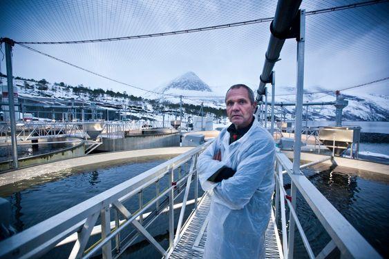 EFFEKTIVT: Avdelingsleder Anders Wold ute ved smolt-tankene i Mørsvikbotn. Han forteller at varmepumpesystemet kan varme opp 40.000 liter vann i minuttet fra to til 12 grader, noe som gjør at man kjapt kan regulere utviklingen på fisken.