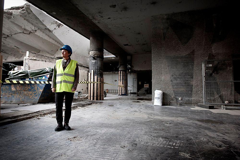 USIKKER: En usikker Rigmor Aasrud på befaring i det utbombete regjeringskvartalet. Nå utsetter hun avgjørelsen om hva som skal skje.