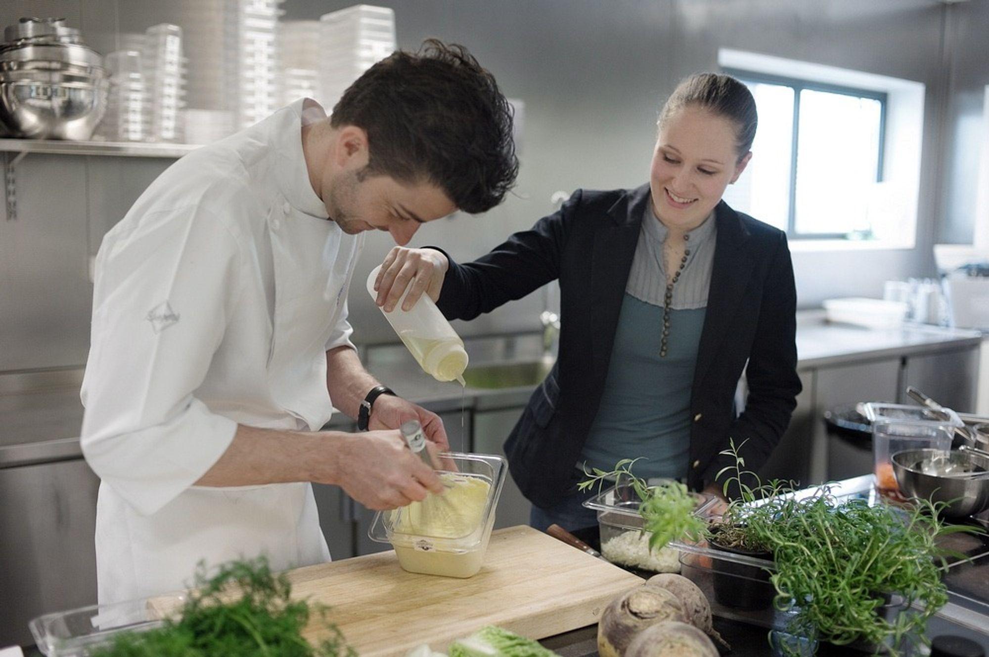 MATKJEMI: Guro Helgesdotter Rognså er utdannet sivilingeniør ved NTNU i Trondheim, med en mastergrad i kjemi og bioteknologi. Nå er hun den første som tar doktorgrad på molekylær gastronomi i Norge. Konsulent Daniel Rougé Madsen (t.v) håper næringsmiddelkunnskap skal heve nivået på kurstilbudet ved Gastronomisk Institutt i Stavanger.