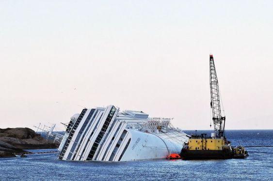 LENSER: Italienske myndigheter påla Smit Salvage å sette opp to rader med lenser og å ha et oljevernfartøy i beredskap. Lekteren er base for Smits arbeids på skipet.