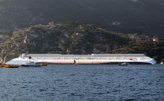 LANG: Den 290 meter lange og 35 meter brede Costa Concordia ligger med sin 50 meter lange flenge i skroget.