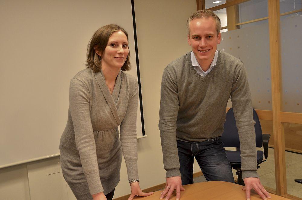 NYE ARBEIDSRUTINER: Matte Arentz Østmo og Vegard Scinnes kan bekrefte at trådløs instrumentering krever at arbeidsrutinene må endres. - Nå må vi inn i 3D modellen for å finne optimal plassering av instrumentene, sier de.