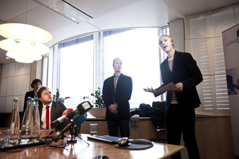 DISKRIMINERING: Forskerne Arnfinn H. Midtbøen (til høyre) og Jon Rogstad presenterte funnene for statsråd Audun Lydbakken.