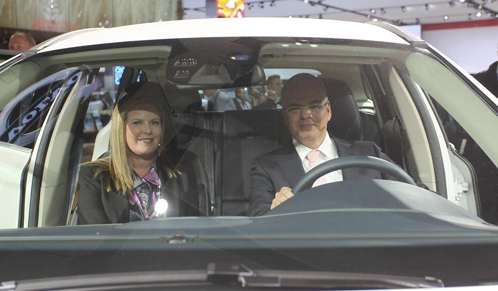 Volvo-sjef Stefan Jacoby bak rattet på konseptbilen XC60 plug-in-hybrid.