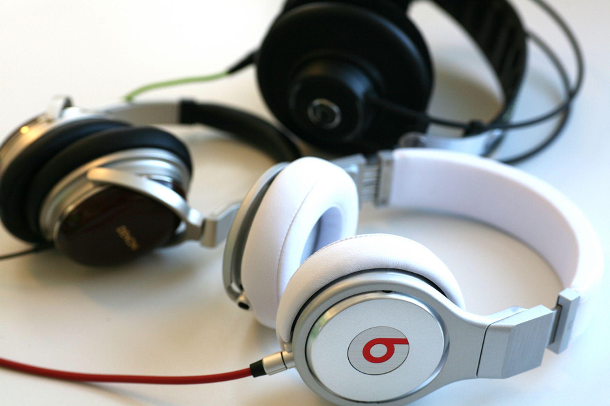 PÅ HODET: Et vanlig stereoanlegg med like god lydkvalitet som disse hodetelefonene ville ha kostet 15 - 20.000 kroner.