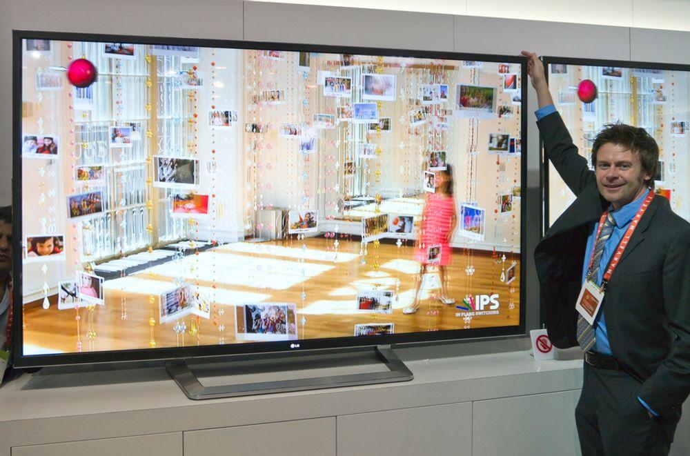 ENORM: Ved siden av LGs Bent Broklev ser man hvor enorm den nye 84-tommeren er. Det uklare skjermbildet skyldes at TV-en viser innhold i 3D.