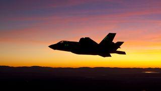 F-35 i solnedgang