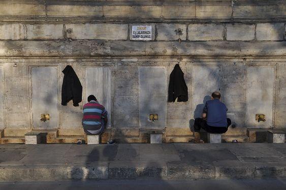 VANNPOST: Muslimer vasker seg utenfor en moské i Istanbul. Foto: Fredrik Drevon