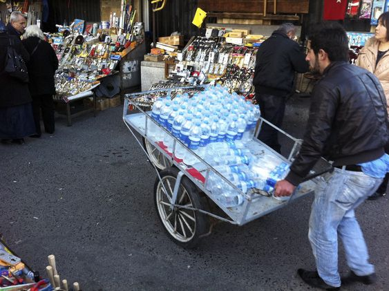 VANNMANN: Distribusjon av vannflasker preger Istanbuls bybilde.