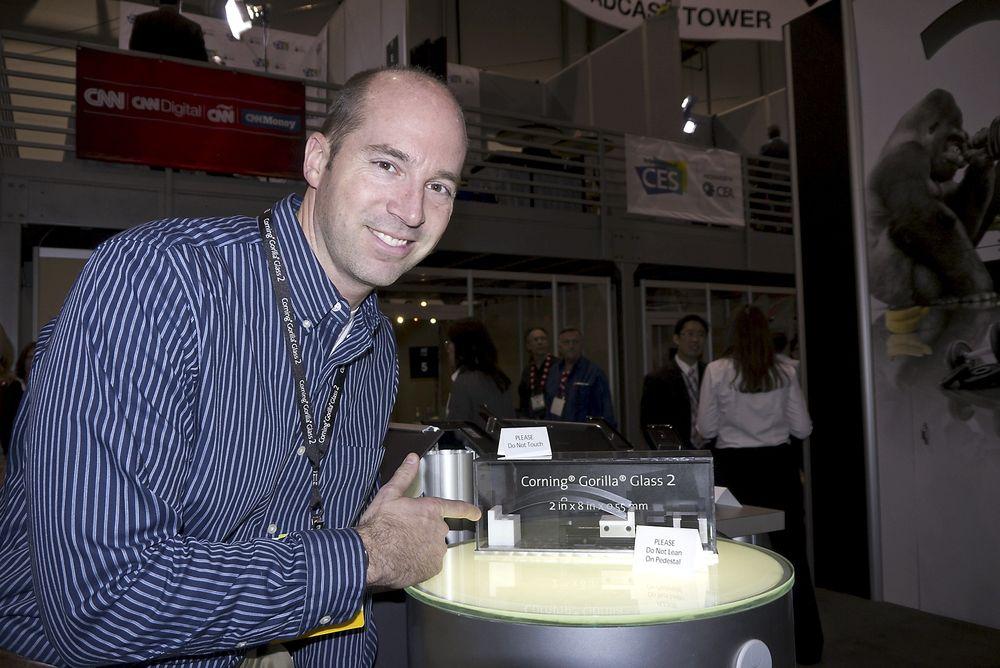 ENDA TYNNERE: Den nye varianten av Gorillaglass, som nå kommer i nye smarttelefoner og nettbrett, kan gjøres enda tynnere enn før, påpeker Cornings salgssjef for gorillaglass i Nord-Amerika, David Meis.