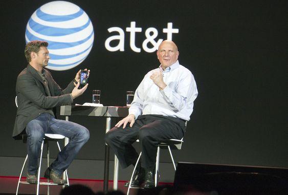 Microsoftsjef Steve Ballmer (t.h.) snakker om Windowsmobiler med Ryan Seacrest under CES i Las Vegas.