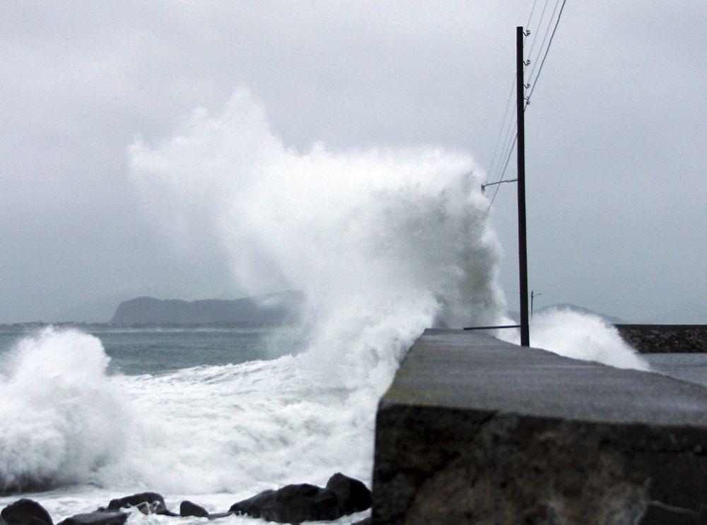 ROMJULSSJOKK: Bølger slår mot land ved Alnes i Ålesund på ettermiddagen 1. juledag, før stormen Dagmar for alvor traff kysten.