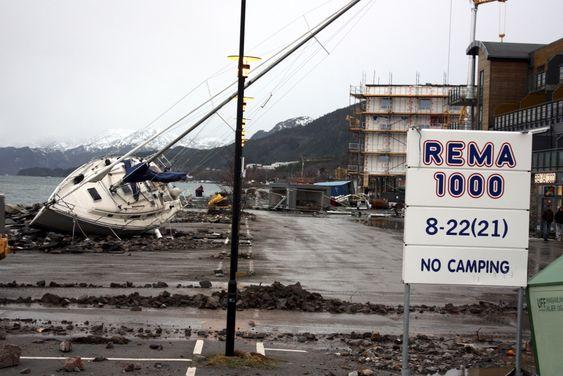 En stor seilbåt ble kastet opp på en parkeringsplass ved Rema 1000 vest for Molde sentrum under stormen Dagmar natt til 2. juledag.