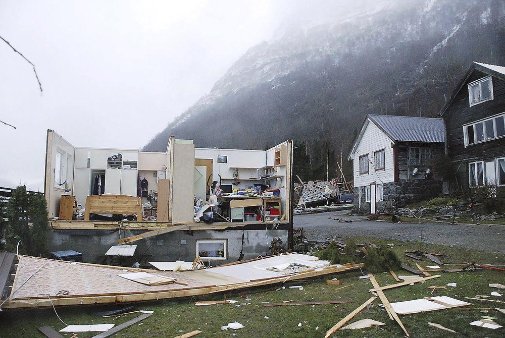 JULESJOKK: Kvinnen som bodde i dette huset på Helset i Lodalen i Stryn reddet livet da hun gjemte seg i kjelleren under orkanen Dagmar 2. juledag.
