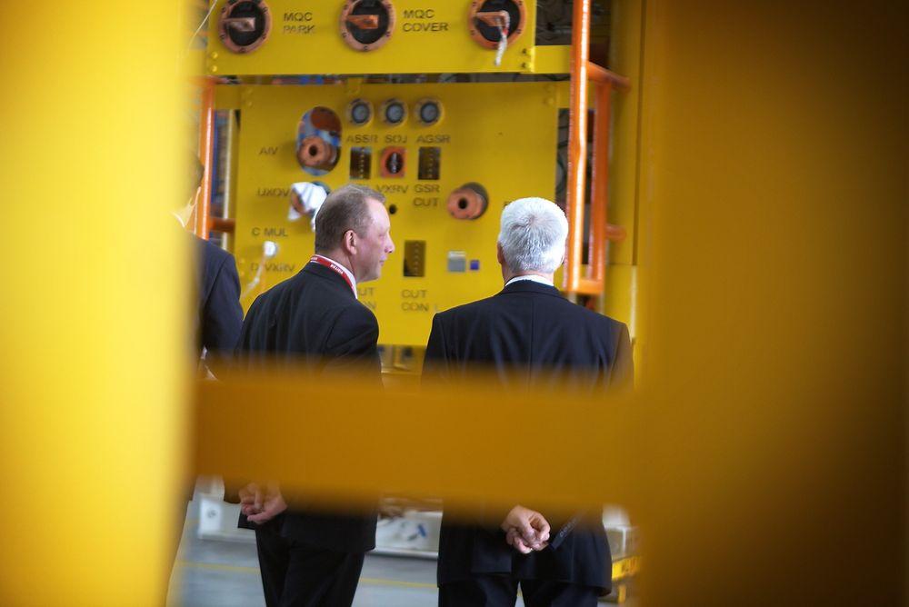 NORSKE LEVERANSER: Statssekretær Per Rune Henriksen i Olje- og energidepartementet får omvisning blant norske juletrær av ledere i FMC Technologies.