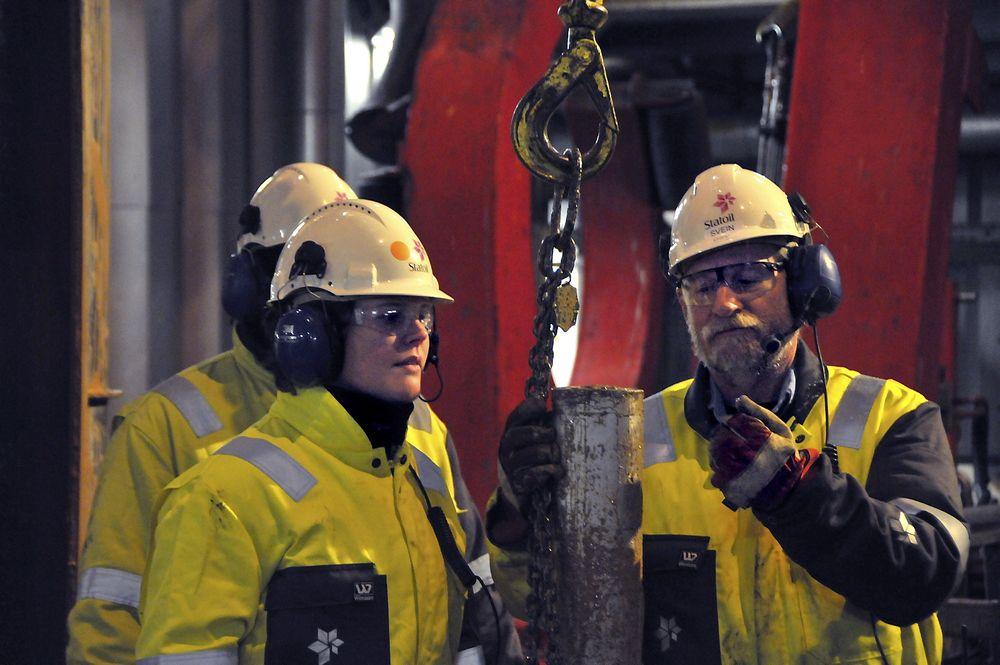 Borehullsgeolog Anniken Berge og boreleder Svein Ræder ser på kjerneprøve av Havis-funnet i Barentshavet.