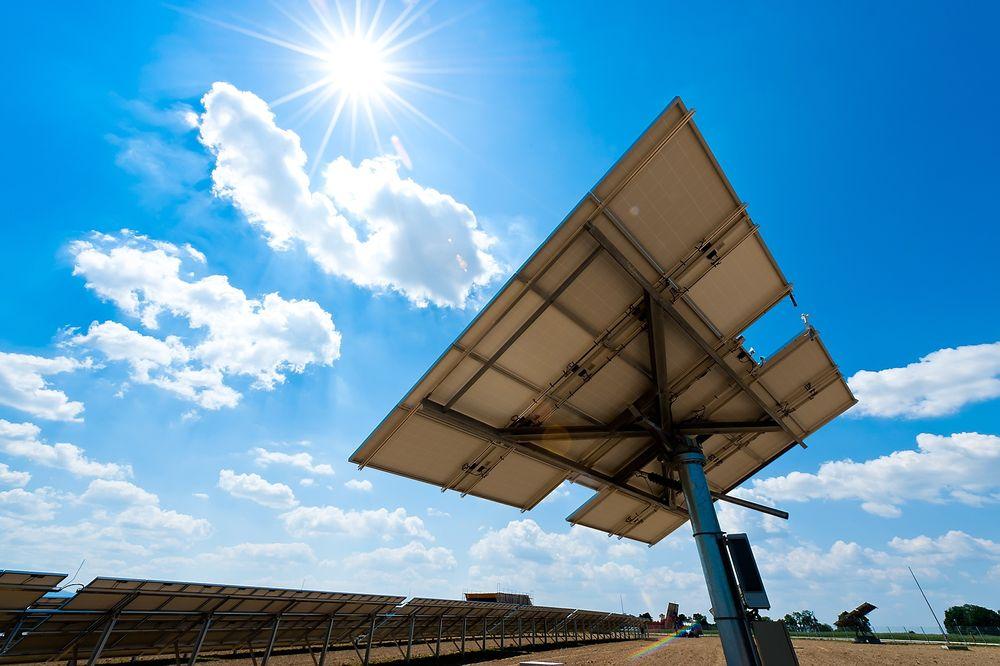Klimaendringer. Global oppvarming. Illustrasjonsfoto Klimaendringer. Global oppvarming. Solkraft / solcellepanel Illustrasjonsfoto