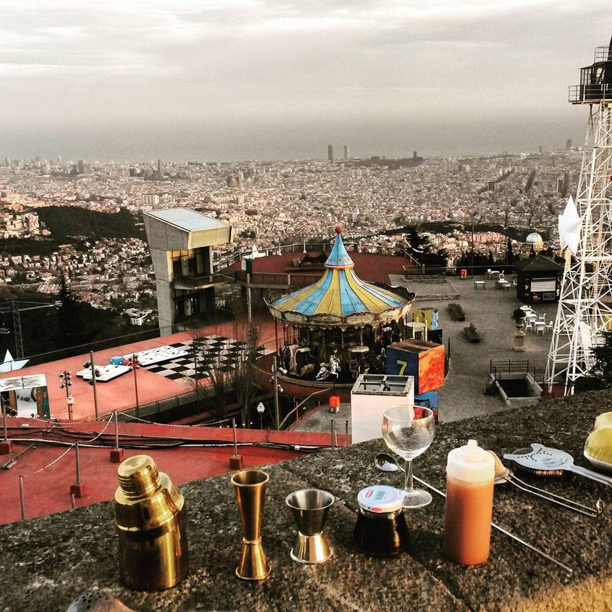 Her er Moe Aljaff klar til å mikse karusellcocktailen sin på Tibidao-toppen i Barcelona.