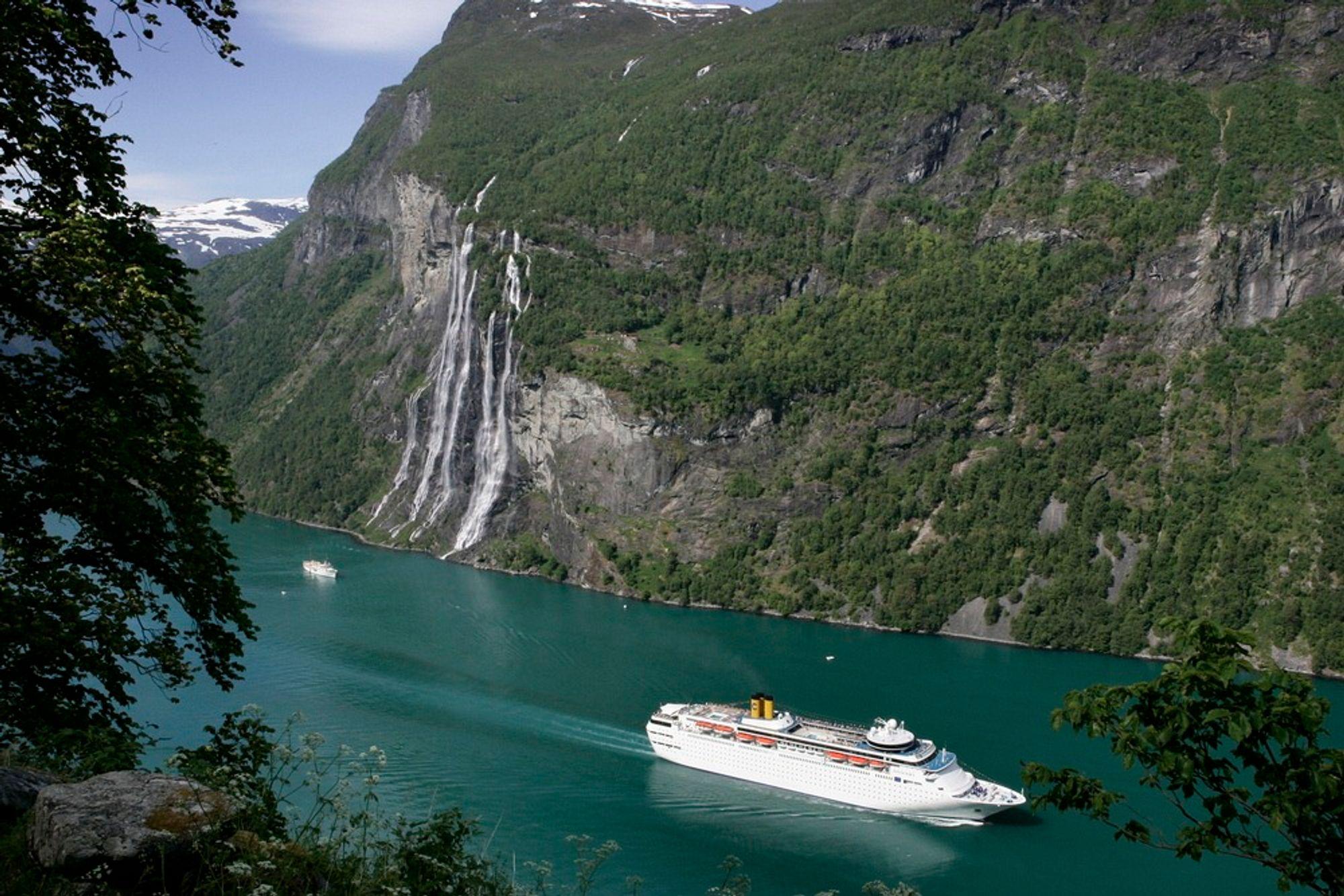 MILJØTRUSSEL: Skipene som kommer inn norske fjorder forurenser lufta.