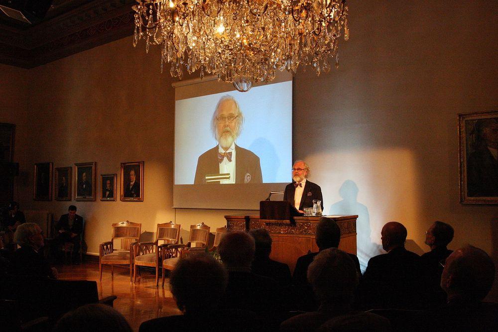 Presidenten i Den Norske Videnskabs-Akademi Nils Christian Stenseth kunngjorde navn på vinnerne av Kavliprisen 2012