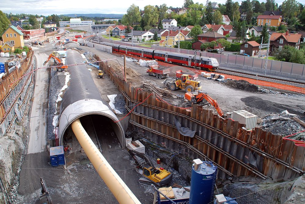 FALLEFERDIG: Store deler av det norske jernbanenettet kan falle sammen, mener RIF. Utbyggingen. Her ved dobbeltsporet mellom  Lysaker og Sandvika.