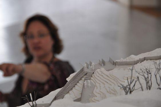 TURISTATTRAKSJON: Prosjektleder Nina Frang Høyum viser frem en modell av planene for området rundt Vøringsfossen.