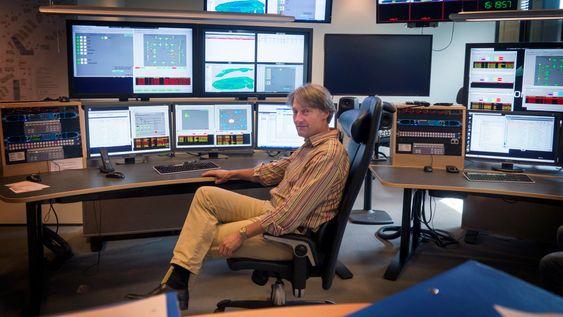 Full kontroll: Herfra har Norkringsjefen Torbjørn Teigen full kontroll med både TV i bakkenettet, FM-radio og DAB. I kontrollsenteret på Fornebu overvåkes alle kringkastingsnettene døgnet rundt.