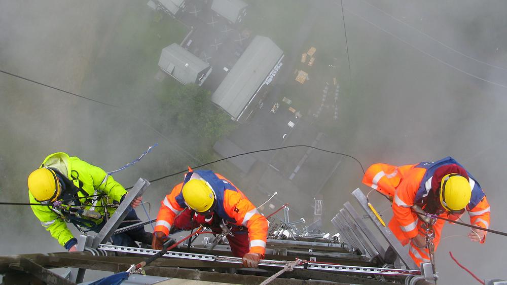 Ikke for pyser: I de neste par årene skal det norsk DAB-nettet bygges ut til å bli landsdekkende. Det blir mye antennemontasje, som her når nye DAB-antenner monteres på Tryvann i Oslo.