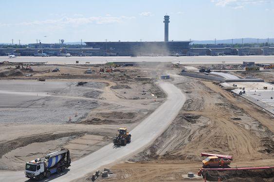 Byggeplass: Terminalbygg og kontrolltårn sett fra radartårnet. Midt i bildet kommer snart Pir nord rett mot oss.