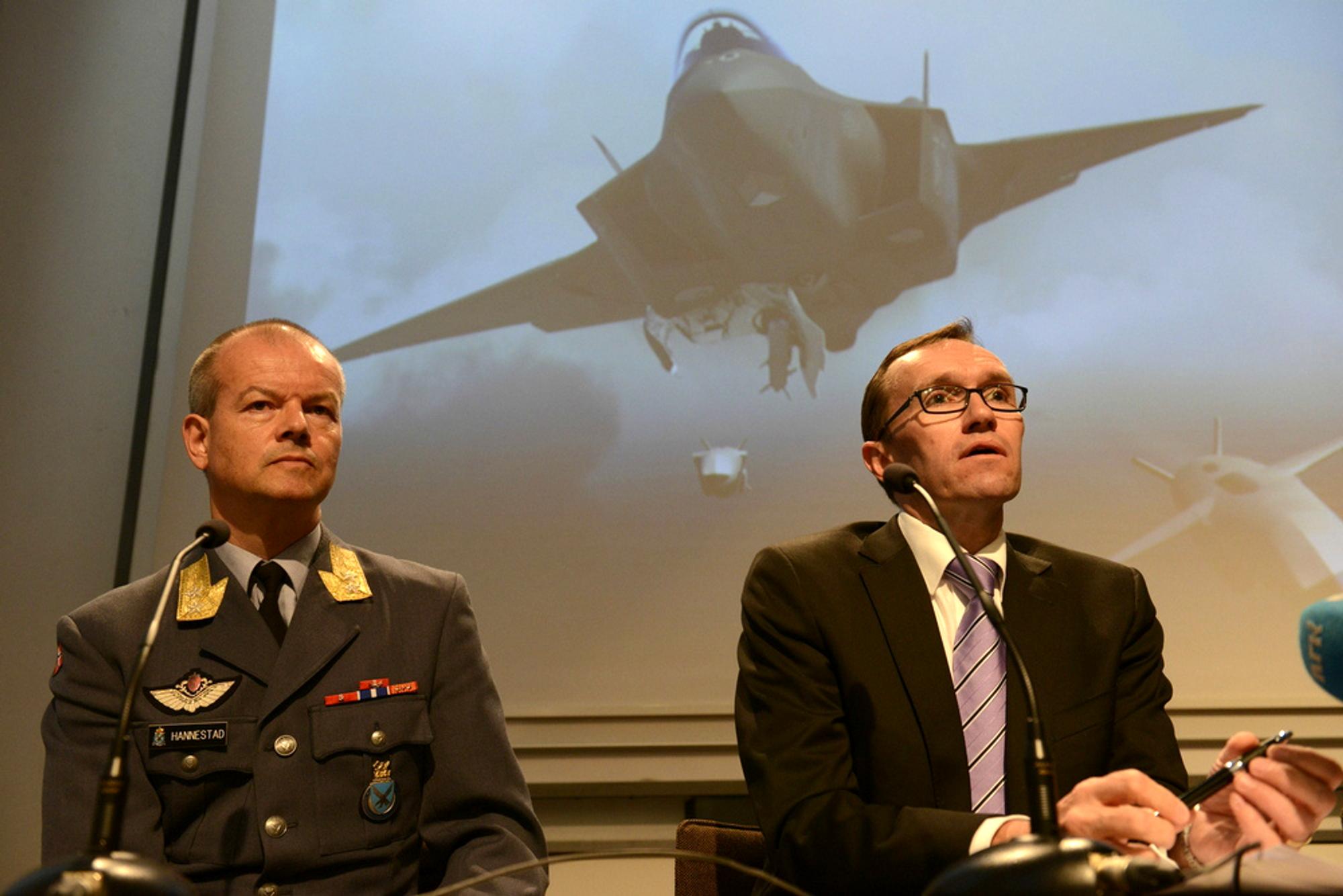 Finn Kristian Hannestad, generalinspektør i luftforsvaret, og forsvarsminister Espen Barth Eide forteller pressen at Norge kjøper nye kampfly.