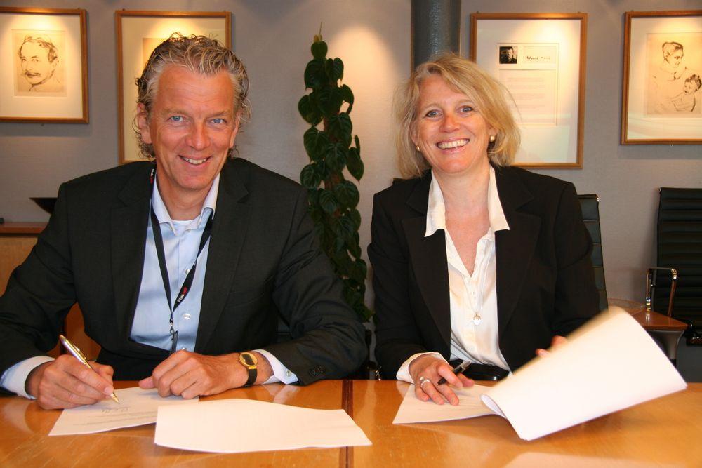 SAMARBEID: Statnett-sjef Auke Lont og Norad-direktør Villa Kulild undertegner samarbeidsavtale om å styrke kompetansen til nettselskaper i utviklingsland. (Foto: Statnett)