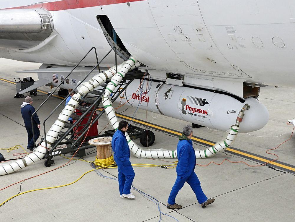 VERDIFULL LAST: Pegasus-raketten med teleskopet NuSTAR er festet til Stargazer-flyet.