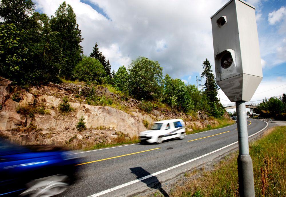 INGEN STRAFF: Nina Rolfstad fra Skotselv slipper straff fordi det er usikkert om fotoboksen måte riktig akselavstand da hun ble målt til 93 km/t i en 60-sone. Denne fotoboksen befinner seg på Sollihøgda i Buskerud.  Foto: Kyrre Lien/Scanpix.