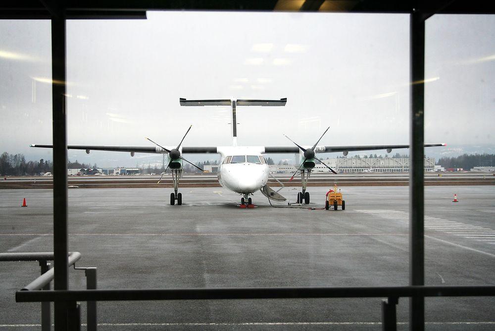 PROBLEM: Dash 8-fly som dette brukes på mange regionale flyplasser i Norge i dag. Avinor regner med at disse flyene fases ut innen 2030, noe som krever at man setter inn nye fly. Dette vil i så fall kreve lengre rullebaner, noe som ikke vil fungere på 19 av 23 norske rullebaner, ifølge Avinor.